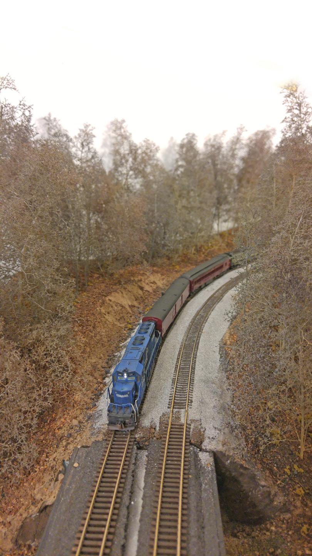mmmt-17-cr-sd40-2-train-approaching-bridge-810