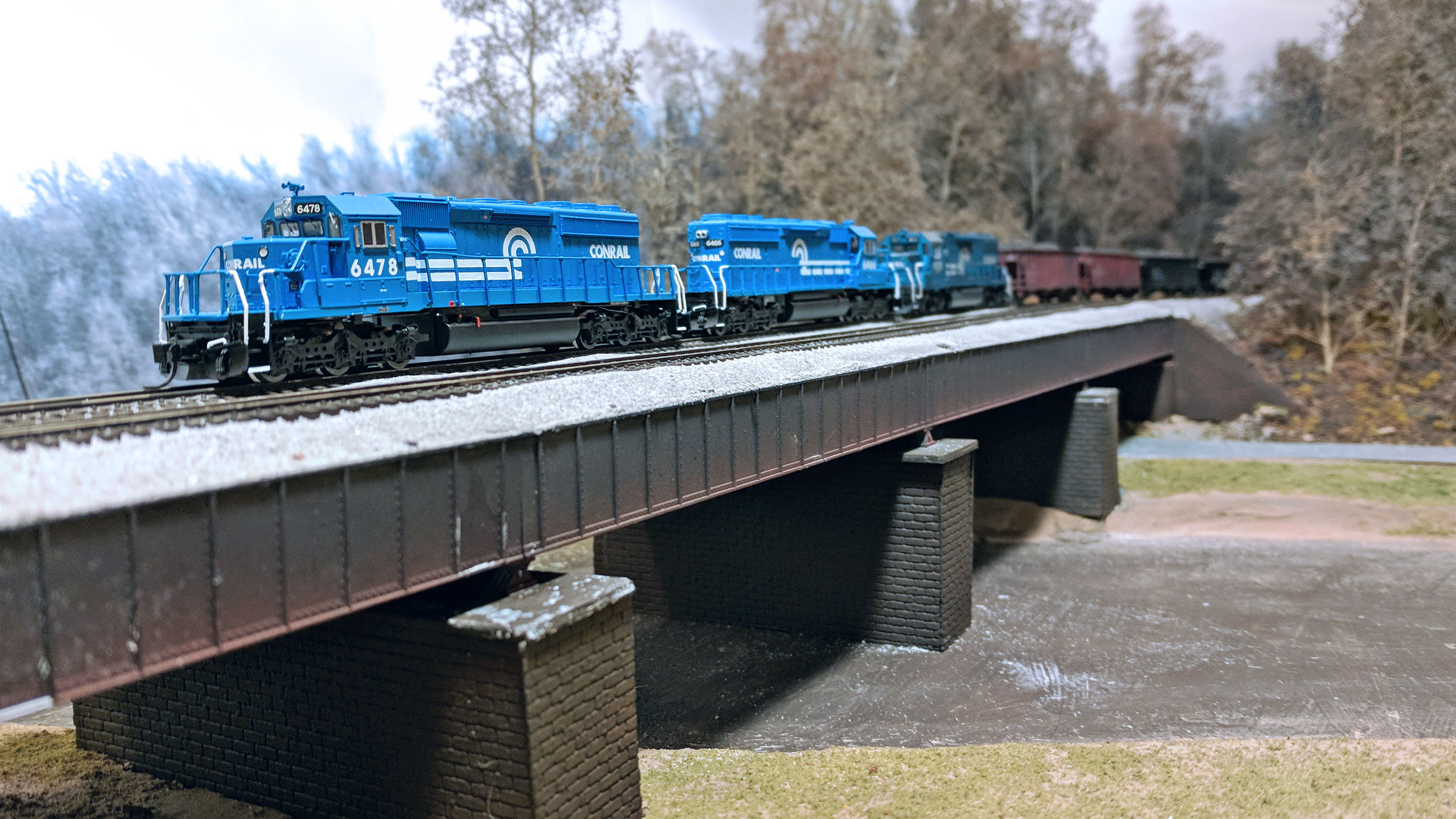 SD40-2s-on-bridge